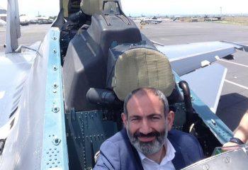 """Ermenistan Başbakanı Paşinyan, Rus savaş uçağının """"pilotu"""" oldu"""