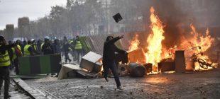 Eylemciler Paris'i ateşe verdi