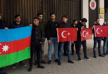 Türkiye'nin Tiflis Büyükelçiliği önünde Zeytin Dalı operasyonuna destek gösterisi