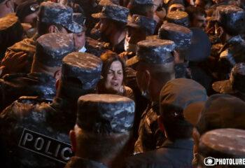 Դատախազության մոտ բողոքի ակցիա անցկացնող քաղաքացիների և ոստիկանների միջև բախում է տեղի ունեցել. 14 անձ բերման է ենթարկվել