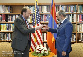 """Ermənistandakı antirus inqilabının """"memarı"""" İrəvandan gedir"""