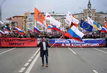 Sokağa inen binlerce protestocu Putin'in istifasını istedi